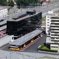 Lonza AG: Der neue Visper Bahnhof befindet sich wenige hundert Meter von der Lonza. Die Lonza unterstützt Mitarbeitende, welche mit den öffentlichen Verkehrsmitteln anreisen, mit grosszügigen Beiträgen.