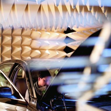 Bosch-Mitarbeiter prüft im Testlabor für elektromagnetische Verträglichkeit, ob alle Elemente optimal entstört sind. Damit wird sichergestellt, dass die Elektronik in unseren Autos auch in der Nähe von Handymasten einwandfrei funktioniert.