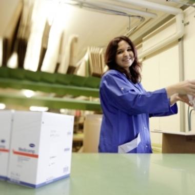 IVF Hartmann AG: Speditionsmitarbeiterin beim Kommissionieren der Kundenaufträge
