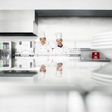 Barmenia Versicherungen: Angestellte Köche sorgen für schmackhaftes und gesundes Essen im Mitarbeiter-Casino mit Freeflow-Bereich