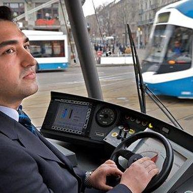 VBZ Tramführer im Cockpit