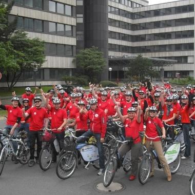 """Adecco Personaldienstleistungen GmbH: 2011 stand für viele Adecco Mitarbeiter weltweit unter dem Thema """"Win4Youth"""". Hier sehen Sie unsere Mitarbeiter auf einer Fahrradtour. Die dabei gesammelten Kilometer wurden dem Projekt Win4Youth gutgeschrieben."""