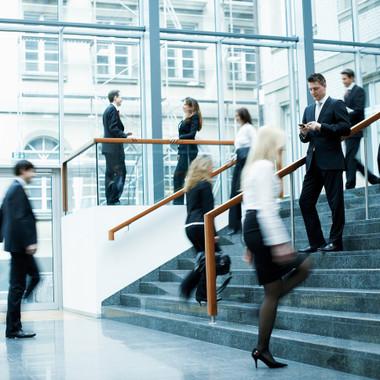 Geschäftiges Treiben im Foyer des Skyper Frankfurt
