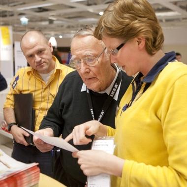 Ingvar Kamprad zu Besuch: Ein Erlebnis für IKEA Mitarbeiter und Kunden.