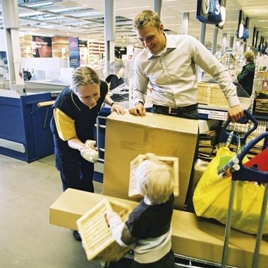 Eine IKEA Mitarbeiterin verabschiedet unsere jüngsten Besucher.