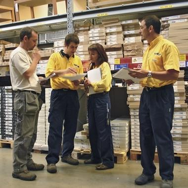 Teambesprechung mit verschiedenen Fachabteilungen in der Möbel Selbstbedienungshalle bei IKEA.