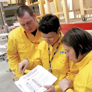 Teambesprechung vor Ort im IKEA Einrichtungshaus