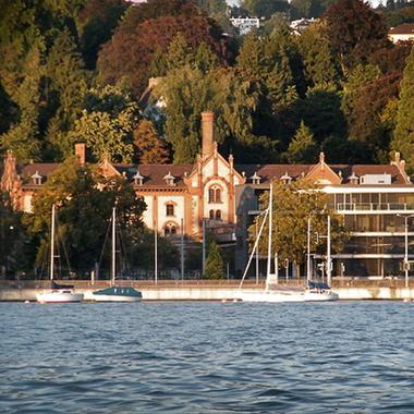 Webrepublic AG: Webarbeiter hinter historischen Mauern am Zürichsee