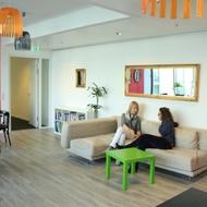 XING AG: Für Besprechungen oder die kleine Pause zwischendurch - das Sofa im XING Café.