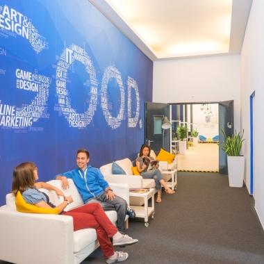 Goodgame Studios: Meetings müssen nicht immer in geschlossenen Räumen stattfinden: Überall in unseren Büros gibt es komfortable Sitzmöglichkeiten, zum Beispiel Sofas oder riesige Sitzsäcke.