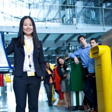 Deutsche Post DHL: Unsere Trainees und Praktikanten besuchen unsere internationale Briefkastensammlung im Post Tower.