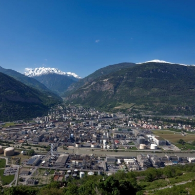 Lonza AG: Blick auf das Werk Visp. Im Hintergrund das Saasertal und Mattertal, welche zu den weltbekannten Ski-Destinationen Saas-Fee und Zermatt führen.